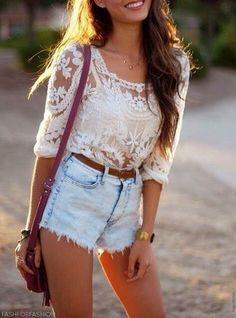 High Waist Shorts und Spitzen-Shirt - der perfekte Boho Look! Mehr auf http://www.gofeminin.de/modetrends/hippie-kleidung-trend-s1298989.html