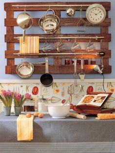 küchenideen DIY Regal mit Stahlstangen aus Holzpalette