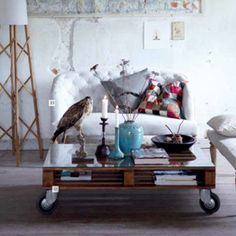 Wooden pallet can find a second quiet, light life by your efforts. You'll get interesting pallet furniture made with your hands, which look great, in the interior of the room. Decor, Interior, Diy Furniture, Wood Pallets, Pallet Coffee Table, Home Decor, Upcycle Pallets, Pallet Diy, Coffee Table