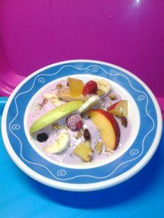 Ensalada de frutas con  yogurt, muesli, nueces, pasas y semillas; decorado con frambuesas y aiguamel de Frutas Colomina.      ;  )     ;  )