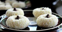 Kokosové dortíky zaujmou jak vzhledem, tak chutí. Těsto obsahuje porci krémového sýra, který mu dává vláčnost a jemnost. Společně s čokoládovým vrškem tvoří cukroví, které všem určitě zachutná :).Doba přípravy: 1 h + čas na chlazení