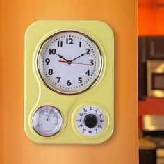 Our retro style, yet modern kitchen timer clock has a built-in one-hour timer for cooking and a temperature dial showing your room temperature. The wall clock features an easy-to-read retro modern type font. This is an attractive and practical p. Wall Desk, Desk Clock, Vintage Kitchen Appliances, Kitchen Wall Clocks, Timer Clock, Kitchen Timers, Kitchen Gifts, Acrylic Colors, Modern Wall