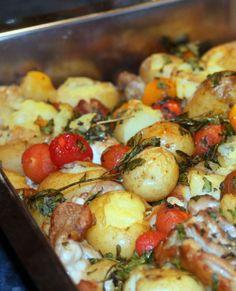 Poulet croustillant aux pommes de terre nouvelles écrasées et aux tomates cerise