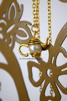Süße goldene Teekanne n Halskette. Erinnert an Disneyfilme wie Die Schöne und das Biest oder an Alice im Wunderland. www.zauberhaftshop. de