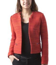 Giacca stile haute couture  Con questa giacca ogni look acquisisce una nota chic,  anche dei semplici jeans. Patta con bottone sulle spalle.  Due tasche con zip. Non si chiude. Un modello di grande  tendenza questa stagione!        Codice prodotto PROMOD ® : 1-6-27-00-20-063      Lunghezza 51 cm ca. 36%acrilica, 30%poliestere,      30%lana, 4%altro. Fodera 65%poliestere, 35%cotone.        Colori: Arancio