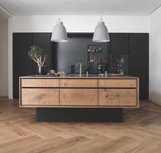 Grand Pattern Herringbone floorboards by Dinesen & a signature kitchen island bench by Garde Hvalsøe Design in solid Oak ✨ stunning pendants & raised matte-black island platform to match the cabinetry at the back of the kitchen!