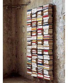Unsichtbare Bücherregale an einer unverputzten Wand