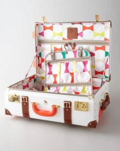 Kate Spade Carry-On & Stowaway Luggage. I love this vintage style luggage! Carry On Luggage, Luggage Sets, Pink Luggage, Fashion Bags, Fashion Handbags, Fall Fashion, Fashion Accessories, Fashion Trends, Travel Style