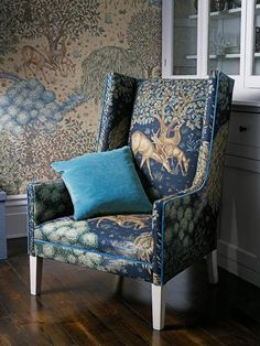 Beautiful home fabrics created by English artist and designer William Morris this year looks glorious and classic. Morris & Co decided to launch a new series of decorating fabrics and modern wallpaper patterns which offer fantastic opportunities to add English classic style to any room decoratin