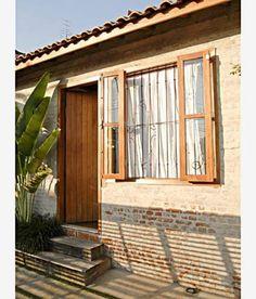 Em vez de usar tijolos novos, o morador preferiu peças de demolição com cara de material antigo. Desenhadas pelo arquiteto Carlos Verna, as novas esquadrias de garapeira desenham melhor a fachada.