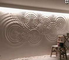 The circles in this space give the wall a lot of character as well as adds a bumpy sort of texture. Mural Art, Wall Murals, Panneau Mural 3d, Interior Decorating Styles, Wall Finishes, Wall Patterns, Wall Treatments, 3d Wall, Wall Sculptures