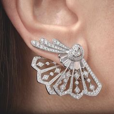 The Garrard Fanfare earrings feature inlaid mother of pearl, a luxurious and precious material which, together with white diamonds, creates a dazzling effect.