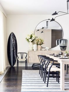 See how an interior designer created three distinct spaces in a sprawling TriBeCa loft in a gorgeous Manhattan home tour with a touch of California cool. Modern Home Interior Design, Country House Interior, Luxury Dining Room, Dining Room Design, Dining Rooms, Mirrors And Marble, Interiors Online, Style Deco, Dining Room Inspiration