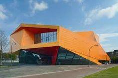Voorbeeld van een kleurincident: het Agora Theater in Leystad van Ben van Berkel.  Bij zijn keuze voor de kleur oranje heeft Van Berkel heeft zich laten inspireren door de ondergaande zon in de omliggende polders, die zo fraai kan reflecteren in het IJsselmeer. Kleur werkt ook als als een stedelijk activator en oriëntatiepunt.