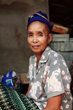 street style - Luang Prabang, Laos - via line x shape x colour Beautiful Old Woman, Volunteer Abroad, Luang Prabang, Travel Abroad, Older Women, Laos, Street Style, Folk Art, People