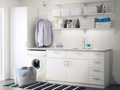 Ikea bagno 2015: sfogliate la nostra gallery per scoprire tutte le soluzioni proposte dal colosso svedese dell'arredamento. Dagli elettrodomestici ai pensili con finitura legno, il marchio presenta arredi e complementi per rinnovare la casa. Tutto, con la garanzia di prezzi contenuti e facilmente accessibili. In foto, soluzione per il bagno Ikea 2015, con lavatrice e pensili bianchi