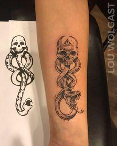 101 Amazing Dark Mark Tattoo Designs You Need To See! Death Eater Tattoo, Death Tattoo, Tattoo Tod, Hp Tattoo, Ring Tattoos, Harry Potter Tattoos, Dark Mark Tattoos, Small Tattoos, Skeleton Tattoos