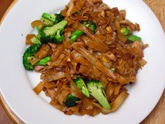 Simplish recipe for Pad See-Ew. Noodes, broccoli, oyster and soy sauce, vinegar, sugar, garlic, eggs.