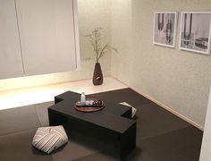 床の間を設け、さらに吊押入れとして床面を繋げて広げることで空間を広く見せます。 #リビング #ベッドルーム #子ども部屋 #キッズルーム #書斎 #和室 #ダイニングルーム #インテリア #コーディネート #家づくり #インテリアアテンダント Zen Style, Japanese Modern, Floating Nightstand, Bedroom, Table, Furniture, Modern Living, Home Decor, Interiors
