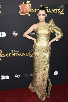 Descendants 2 is almost here! Last night, the stars of the film, plus some of our Disney favorites attended the premiere in Los Angeles. Dove Cameron, Cameron Boyce Descendants, Evie Descendants, Sophia Carson, Avant Premiere, Famous Girls, Red Carpet Dresses, Hollywood Stars, Beautiful Celebrities