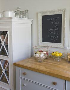 הספסל שבכניסה נצבע בכל פעם מחדש כדי לייצר עניין, הארונות במטבח נצבעו בגוון תכלת אפור בטכניקה מיישנת ואת אותו הצבע קיבלו גם שניים מהכסאות בפינת האוכל