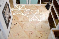 Pequenos triângulos de madeira compõem esse ambiente. O surpreendente é que cada pessoa pode enxergar o padrão que quiser formado pelas tábuas! Na foto, foram destacadas estrelas.