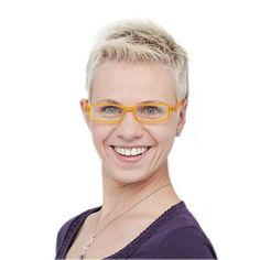 Zu kurzen oder hochgesteckten Haaren ist eine Vielfalt an Brillenmodellen möglich. Dadurch dass das Gesicht frei ist und die Blicke automatisch auf das Gestell gezogen werden, ist es hier möglich von der dezenten bis zur auffälligen Fassung die perfekte Brille zu wählen. Sehr gut eigenen sich breite Rahmen, doch hierbei muss geschaut werden, dass diese nicht zu groß ausfallen. Dezente und schmale Metallbrillen oder auch randlose Brillen setzen auch bei kurzen Haaren tolle Akzente.