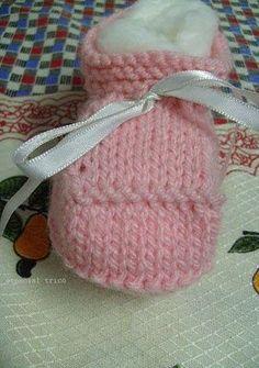 """Sapatinho de tricô passo a passo: Este sapatinho de tricô passo a passo também pode ser visto no blog da Marli """"Louca Por Artes"""". Fiz a pedido da"""