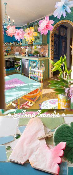 Tolle DIY-Idee im Frühling und Sommer! Eine Girlande aus riesigen Blüten in der Küche. Die Blüten sind ganz einfach aus Butterbrottüten gebastelt.