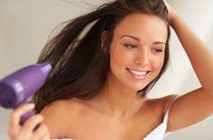 Las puntas abiertas y secas del pelo son un problema bastante frecuente cuando se tiene el pelo largo, la solución definitiva es cortarlas porque una vez que el cabello se resquebraja no hay vuel…