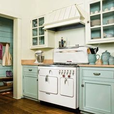 The charm of the farmhouse kitchen cabinet does not just happen when Fixer Upper debuted. They've been there for a long time - check out these beautiful Home Kitchen Ideas, farmhouse kitchen cabinets, farmhouse-style kitchens to get your kitchen inspired. Home Kitchens, Kitchen Remodel, Kitchen Design, Kitchen Paint, Repainting Kitchen Cabinets, Vintage Kitchen, Kitchen Styling, Kitchen Cabinets, Vintage Stoves
