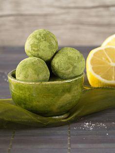 Ach, ich kann euch sagen, die Kombination aus Matcha und Zitrone ist einfach genial. Das Ganze wird dann in kleine Kügelchen verpackt, in denen noch ganz viele andere gute Sachen drin sind. Perfekt…