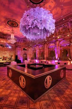 Chandelier hanging from the ceiling at the Great Gatsby Movie Premiere at the Plaza Hotel Great Gatsby Party, Great Gatsby Motto, The Great Gatsby Movie, 1920s Party, O Grande Gatsby, Purple Wedding, Dream Wedding, Wedding Reception, Wedding Ideas