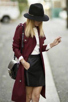 Jupe en cuir et t-shirt blanc avec un manteau bordeaux Idee Tenue, Manteau ef75d96bf93e
