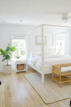 coastal bedrooms Hello, everyone! How are you all feeling after the long weekend? We finally could slow down a little after a busy week and really take in all the great things summer has to offer in w Coastal Farmhouse, Farmhouse Design, Farmhouse Homes, Farmhouse Bedrooms, Country Homes, Farmhouse Style, Farmhouse Decor, Relaxing Master Bedroom, Master Bath