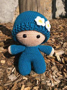 """Deze knuffel """"Big Head Doll – Little Lady"""" is ontzettend zacht, schattig en heeft een ontzettend hoge knuffelfactor, de ideale knuffel voor uw kindje. Deze knuffel wordt gehaakt met liefde en passie. Ook andere kleuren zijn mogelijk, stuur ons dan gerust een bericht. Bestel tijdig, handwerk vraagt best wel wat tijd :-) info@vanvie.be 0472/464 030 Teddy Bear, Toys, Animals, Activity Toys, Animales, Animaux, Teddybear, Animal, Games"""