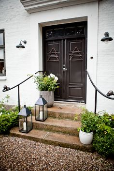 The tres chic entrance to Tine K's home - note how even the lanterns are black! Summer Garden, Home And Garden, Scandinavian Loft, French Country Interiors, Front Door Mats, Build Your Own House, Mountain Living, House Entrance, Outdoor Living