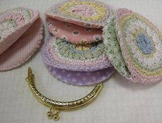 Crochet coin purse~ no translation, inspiration.