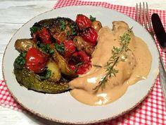 Saftig kylling i cremet sovs med ovnbagte kartofler og grøntsager med et strejf af Provence. Absolut en af familiens livretter, som ovenikøbet er nem og ikke for kostbar at tilberede. Jeg har brugt runde squash til de ovnbagte grøntsager, men kan du ikke få dem, så kan du naturligvis godt brug....