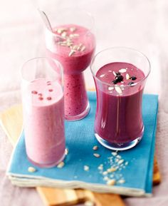 Pähkinä-marjasmoothie x 3 - katso helpot ohjeet! by Kotivinkki I Want To Eat, Health And Wellbeing, Superfoods, Panna Cotta, Blueberry, Smoothies, Food And Drink, Pudding, Baking
