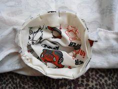 Com tecido próprio para punho, corte uma tira de 5 cm de largura com comprimento menor 3 cm que o decote total. Costure as laterais, dobre e alfinete no decote.