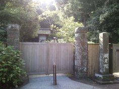 8/27 AM7:22 と、取りあえず写真撮っとこう… ^-^; 素敵な門扉の。。。