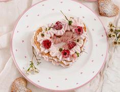 Der Valentinstag steht vor der Tür. Mit diesem leckeren Rezept zaubert ihr euren Liebsten ein ganz großes Lächeln ins Gesicht! Panna Cotta, Ethnic Recipes, Sweet, Food, Creative, Pink, Lunch Table, Raspberries, Valentines