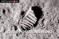 """Sagt dir der Name Buzz Aldrin was? Nein? Uns bis vor kurzem auch nicht. Und Neil Armstrong? Den kennst du? Buzz Aldrin war der Kapitän von Neil Armstrong auf der Apollo 11. Weil er für die Welt einen Film haben wollte, von sich als erstem Menschen auf dem Mond hat er Neil Armstrong als ersten aus der Kapsel geschickt. Also war Neil der, der die denkwürdigen Worte sprach: """"Eine kleiner Schritt für den Menschen, ein großer Schritt für die Menschheit""""."""
