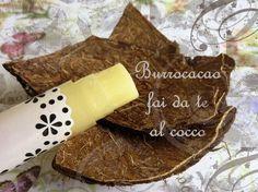 Burrocacao fai da te al cocco 15 g di burro di cacao 1,5 g di cera d'api bianca 1,2 g di olio di cocco 0,7 g di olio di ricino 0,2 g di tocoferolo (Vitamina E)