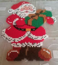 Santa Claus Christmas perler beads - Pattern: https://www.pinterest.com/pin/374291419009932075/