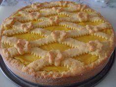 Crostata con crema pasticcera al limone: una base di pasta frolla classica, farcita con una speciale crema pasticcera al limone, compatta, soda e profumata
