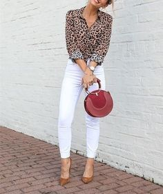 casual outfits for college Casual Work Outfits, Classy Outfits, Stylish Outfits, Leopard Print Outfits, Leopard Blouse, Look Fashion, Fashion Outfits, White Pants Outfit, Look Chic