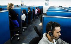 Industria de los 'call centers' en San Pedro Sula genera 3,300 empleos anuales Las empresas dan beneficios y emplean a personas de diferentes edades con el principal requisito de que dominen el inglés. Jóvenes trabajando en una de las sedes de Allied Global. Foto: Wendell Escoto
