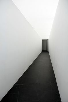 An Entry From Knownfor Concretos Arkitektur Design Lys - An Entry From Knownfor Knownfor Architecture Photo Detail Architecture Concrete Architecture Light Architecture Architecture Moderne Contemporary Architecture Installation Architecture Concrete Buil Minimalist Architecture, Art And Architecture, Installation Architecture, Concrete Architecture, Architecture Interiors, Contemporary Architecture, Cleaning White Walls, White Space, Stone Flooring
